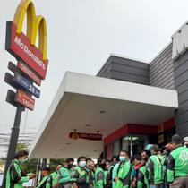 Antrean ratusan ojol di gerai McDonald's untuk memesan orderan BTS Meal di Serang Banten (Liputan6.com / Yandhi Deslatama)