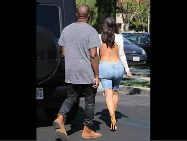 Kim Kardashian menjadi pusat perhatian karena busana putihnya itu, Los Angeles, (19/10/14). (Dailymail)