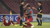 Pemain Timnas Indonesia, Todd Rivaldo, bersama Rafli Mursalim merayakan kemenangan atas UEA pada laga AFC U-19 Championship di SUGBK, Jakarta, Selasa (24/10). Indonesia menang 1-0 atas UEA. (Bola.com/Vitalis Yogi Trisna)