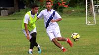 Septian David Maulana (kiri) bersama Komarudin, dalam sesi latihan di lapangan Yayasan Terang Bangsa, Rabu (23/1/2019). (Bola.com/Vincentius Atmaja)