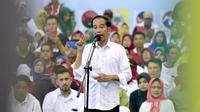 Capres nomor urut 01 Joko Widodo atau Jokowi memberi pidato politik saat kampanye di Probolinggo, Jawa Timur, Rabu (10/4). Jokowi mengatakan yakin ada kejutan dalam Pilpres 2019 di Jawa Timur. (Liputan6.com/Pool/Media Jokowi-Amin)