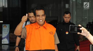 Tersangka penyuap Bupati Subang Imas Aryumningsih, Data usai menjalani pemeriksaan lanjutan di Gedung KPK, Jakarta, Rabu (14/3). Data diperiksa sebagai tersangka kasus dugaan suap pengurusan izin di Pemkab Subang. (Merdeka.com/Dwi Narwoko)