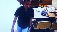 Pelaku kejahatan yang bermodus uang jatuh terekam CCTV. (Liputan6.com/Ady Anugrahadi)