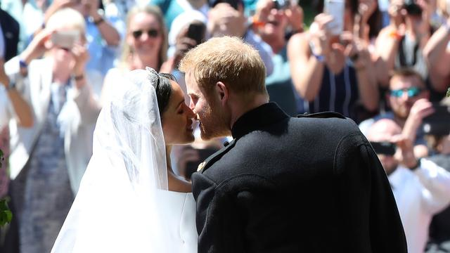 Ciuman Mesra Pangeran Harry - Meghan Markle