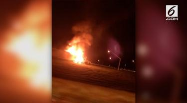 Sebuah truk terbakar di jalan tol di Northampton county, Pennsylvania. Awak pemadam kebakaran bergegas ke tempat kejadian untuk menangani kobaran api yang menyelimuti truk.