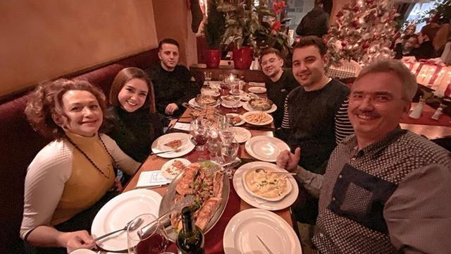 5 Momen Cita Citata Makan Malam Bareng Keluarga Sang Kekasih di Belanda, Akrab Banget