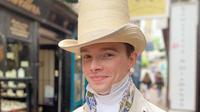 Zack Pinsent, lelaki asal Inggris yang telah ucapkan selamat tinggal pada busana modern. (dok. Instagram @pinsent_tailoring/https://www.instagram.com/p/BzQtPwmgEZN/)