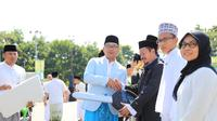 Gubernur Jawa Barat Ridwan Kamil memberikan hadiah kepada para juara lomba Musabaqah Qira'atil Kutub (MQK) tingkat Provinsi Jawa Barat.