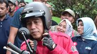 Presiden Joko Widodo (Jokowi) mengecek harga bahan kebutuhan pokok di Pasar Anyar, Tangerang, Minggu (4/11). Jokowi datang mengendarai motor dan mengenakan helm barunya yang dibeli di Indonesia Motorcycle Show 2018. (Liputan6.com/HO/Biro Pers Setpres)