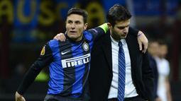 Andrea Stramaccioni - Javier Zanetti. Andrea Stramaccioni berusia 36 tahun saat ditunjuk menjadi manajer sementara Inter Milan pada Maret 2012 yang akhirnya dipermanenkan. Ia lebih muda dari kapten Inter Milan, Javier Zanetti yang telah berusia 39 tahun. (AFP/Olivier Morin)