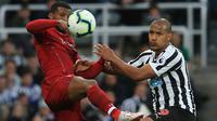 Gelandang Liverpool, Georginio Wijnaldum, berebut bola dengan striker Newcastle, Salomon Rondon, pada laga Premier League di Stadion St James Park, Newcastle, Sabtu (5/5). Newcastle kalah 2-3 dari Liverpool. (AFP/Lindsey Parnaby)