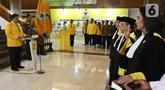 Ketua Umum Golkar Airlangga Hartarto memimpin pengambilan sumpah Hakim Mahkamah Partai Golkar di Kantor DPP Partai Golkar, Jakarta, Jumat (28/2/2020). Para Hakim Mahkamah Partai Golkar yang dilantik sebagai Ketua Adies Kadir dan Wakil Ketua John Kennedy Aziz. (Liputan6.com/Johan Tallo)