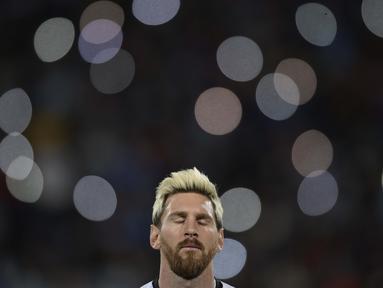 Bintang Argentina, Lionel Messi terlihat berdoa sebelum laga melawan Uruguay pada babak kualifikasi piala Dunia Rusia 2018 di Mendoza, Argentina, (2/9/2016) dini hari WIB. (AFP/Juan Mabromata)