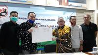 Penandatanganan kerja sama antara SSB UNI dan Bank Jabar Banten (BJB) di kantor cabang BJB Tamansari, Bandung, Jumat (17/7/2020). (Bola.com/Erwin Snaz)