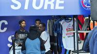 Arema FC masih menjual jersey lama di official store ketika launching tim di Stadion Kanjuruhan, Kabupaten Malang (4/5/2019). (Bola.com/Iwan Setiawan)