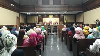 Sidang perdana Wali Kota Kendari, Adriatma Dwi Putra dan ayahnya yang juga calon Gubernur Sulawesi Tenggara, Asrun. (Merdeka.com/ Hari Ariyanti)