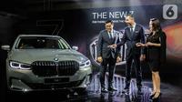 President Director BMW Group Indonesia Ramesh Divyanathan, Director of Communications BMW Group Indonesia Jodie O'tania, dan Vice President of Sales BMW Indonesia Bayu Riyanto berbincang di dekat The New BMW 730Li M Sport saat peluncuran di Jakarta, Kamis (10/10/2019). (Liputan6.com/Faizal Fanani)