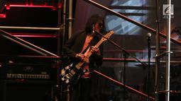 Penampilan gitaris Slank saat membawakan lagu Pak Tani, Mars Slankers, dan Maju Terus Pantang Mundur pada Konser Pancasila Gemilang di JCC, Jakarta, Selasa (22/08). Lagu tersebut menggambarkan Sila Kelima Pancasila. (Liputan6.com/Herman Zakharia)