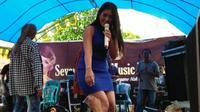 Para pencipta lagu dangdut Pantura di Cirebon-Indramayu kini jarang ada yang bisa memainkan alat musik gitar suling yang menjadi ciri khas. (Liputan6.com/Panji Prayitno)