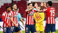 Para pemain Atletico Madrid merayakan kemenangan atas Barcelona pada laga Liga Spanyol di Stadion Wanda Metropolitano, Minggu (22/11/2020). Barcelona takluk dengan skor 1-0. (AFP/Gabriel Bouys)