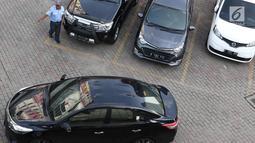 Petugas memarkirkan kendaraan di pusat perbelanjaan di Jakarta, Kamis (10/1). Gubernur DKI  Jakarta Anies Baswedan juga berencana meningkatkan tarif parkir di Ibukota. (Liputan6.com/Immanuel Antonius)
