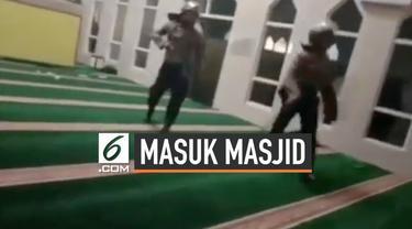 Viral video sejumlah Polisi melakukan pengejaran terhadap sejumlah orang yang diduga mahasiswa ke dalam sebuah masjid. Aksi pengejaran ini pun dibenarkan oleh Polda Sulawesi Selatan.