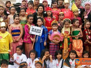 Citizen6, Solo: Salah satu peserta karnaval, murid-murid SD Kleco yang menggunakan baju daerah berfoto bersama para guru. (Pengirim: Sugeng Santoso)