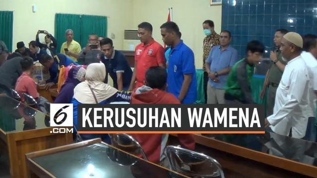 Puluhan orang tiba di Sampang Jawa Timur hari Minggu (29/9/2019) malam. Mereka adalah sebagian warga yang berhasil kabur saat kerusuhan pecah di Wamena Papua.