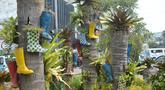Sepatu bot dijadikan pot hias tanaman di kawasan Kota Tua, Jakarta, Jumat (7/8/2020). Lahan tersebut dipercantik dengan hiasan pot dari sepatu bot yang diwarnai untuk mempercantik lahan kosong di Ibu Kota. (merdeka.com/Imam Buhori)