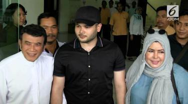 Setelah menjalani hukuman 10 bulan, Ridho Rhoma bebas dari rehabilitasi. Ia dijemput kedua orangtuanya, Rhoma Irama dan Marwah Ali.