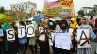 Puluhan emak-emak demonstrasi mendesak pemerintah merehabilitasi korban kabut asap. (Liputan6.com/M Syukur)