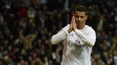 Bintang Real Madrid, Cristiano Ronaldo, merayakan gol yang dicetaknya ke gawang Sevilla pada laga La Liga Spanyol di Stadion Santiago Bernabeu, Madrid, Minggu (20/3/2016). Madrid menang 4-0 atas Sevilla. (AFP/Pierre-Philippe Marcou)