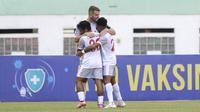 Pemain PSM Makassar, Willem Jan Pluim (tengah) melakukan selebrasi usai mencetak gol kedua timnya ke gawang Persik Kediri dalam laga pekan ke-4 BRI Liga 1 2021/2022 di Stadion Wibawa Mukti, Cikarang, Kamis (23/9/2021). PSM menang 3-2. (Bola.com/M Iqbal Ichsan)