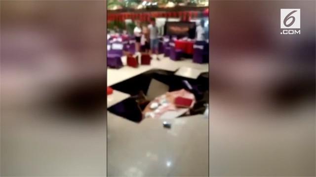 Sebuah insiden terjadi pada pesta perniakahan di China. Lantai hotel tempat upacara pernikahan runtuh dan melukai enam tamu.