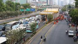 Kemacetan lalu lintas Tol Dalam Kota saat mahasiswa melangsungkan demonstrasi menolak RUU KUHP dan revisi UU KPK di Gedung DPR, Jakarta, Selasa (24/9/2019). Selain Tol Dalam Kota, kemacetan lalu lintas akibat demo mahasiswa juga terjadi di jalan sekitar Gedung DPR. (Liputan6.com/Herman Zakharia)