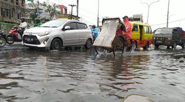 Hujan Deras Sebabkan Longsor dan Genangan Air di Kota Depok