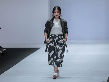 "Aktris Dian Sastrowardoyo memperagakan busana bertajuk Cotton Ink x Dian Sastro pada Jakarta Fashion Week 2019 hari ke-5 di Senayan City, Rabu (24/10). ""COTTONINK"" mempersembahkan sejumlah rancangan dari beberapa artis. (Liputan6.com/Faizal Fanani)"
