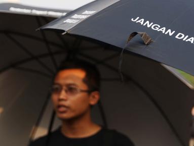 Aktivis JSKK menggelar aksi diam Kamisan ke-540 di depan Istana Merdeka, Jakarta, Kamis (31/5). Para aktivis menuntut agar Presiden Joko Widodo menyelesaikan kasus perkosaan, pembunuhan, dan kerusuhan peristiwa 1998. (Liputan6.com/Immanuel Antonius)