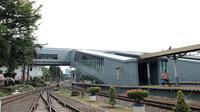 Jembatan modern (sky bridge) membentang dari arah selatan menuju utara di Stasiun Bandung. Skybridge omo sudah diujicoba pada 23 September 2020. (Arie Nugraha/Liputan6.com)