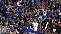 Ribuan suporter memenuhi tribun penonton memberi dukungan buat Persib saat melawan Mitra Kukar di Stadion Si Jalak Harupat, Sabtu (10/10/2015). Persib lolos ke final Piala Presiden 2015 dengan agregat 3-2. (Liputan6.com/Helmi Fithriansyah)