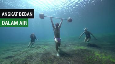 Berita video penyelam bebas Adam Stern melakukan angkat beban dalam air saat berada di Amed, Bali.
