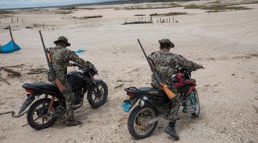 Tentara berpatroli menggunakan motor saat melaksanakan Operation Mercury di Provinsi Tambopata, Peru, 27 Maret 2019. Operation Mercury merupakan operasi yang diluncurkan oleh pemerintah Peru untuk mengusir penambang ilegal di hutan Amazon. (AP Photo/Rodrigo Abd)