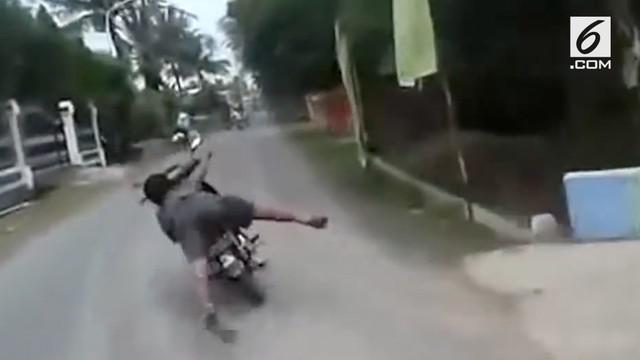 Aksi tak terpuji dilakukan seorang pemuda yang mengendarai motor kebut-kebutan dan tanpa helm. Akibatnya ia menabrak tukang sayur.