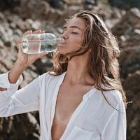 ilustrasi minum air putih. (sumber foto: Pinterest/mangoblute)