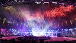 Pesta kembang api menghiasi Stadion Gelora Bung Karno selama upacara penutupan Asian Games 2018 di Jakarta, Minggu (2/9). Sejumlah artis dalam dan luar negeri meriahkan acara penutupan. (AFP Photo/Arief Bagus)