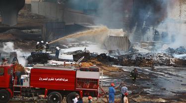 Para petugas pemadam kebakaran berupaya memadamkan api di lokasi kebakaran pipa minyak mentah di Kairo, ibu kota Mesir (14/7/2020). Sebanyak 17 orang terluka akibat insiden kebakaran pipa minyak mentah di Kairo, demikian disampaikan Kementerian Kesehatan Mesir. (Xinhua/Ahmed Gomaa)