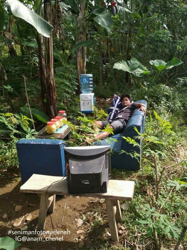 6 Potret Pemuda Tidur di Kebun Ini Bikin Tepuk Jidat