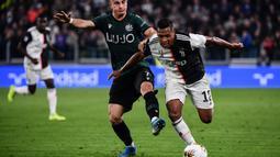 Bek Juventus, Alex Sandro, beradu cepat dengan striker Bologna, Riccardo Orsolini, pada laga Serie A Italia di Stadion Juventus, Turin, Sabtu (19/10). Juventus menang 2-1 atas Bologna. (AFP/Marco Bertorello)