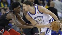 Pemain Warriors, Klay Thompson (kanan) mencoba melewati adangan pemain Chicago Bulls, Justin Holiday pada laga NBA basketball game di Oracle Arena, Oakland, (24/11/2017). Warriors menang 143-94. (AP/Jeff Chiu)