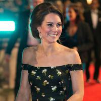 Kate Middleton memperlihatkan senyum manisnya saat tiba di ajang British Academy of Film and Television Awards (BAFTA) di London, Britain, Minggu (12/2). (AFP PHOTO/ DANIEL LEAL-OLIVAS)